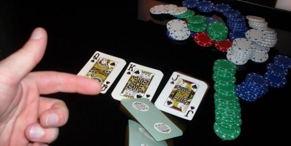 Il fold nel poker: quando, come e perché