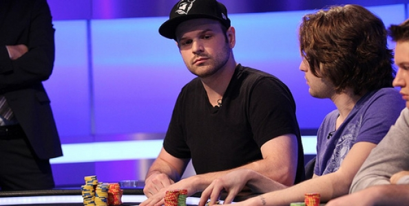 """Griffin Benger riceve i """"complimenti"""" di Phil Hellmuth"""