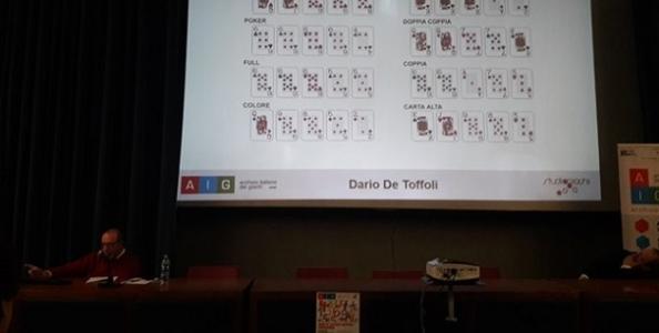 """De Toffoli porta il poker a scuola: """"Non è un gioco d'azzardo e vi dimostro il perché"""""""