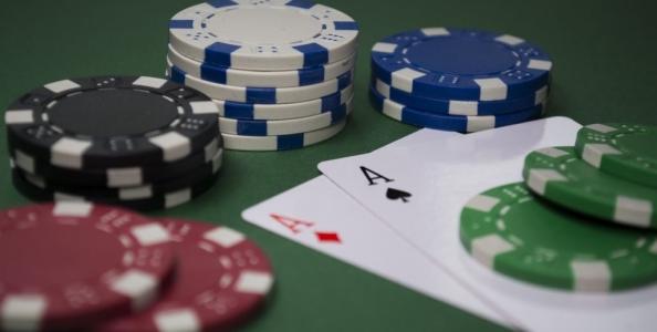 Basta mezz'ora al giorno per imparare a giocare a poker? Secondo Ashley Adams, sì!