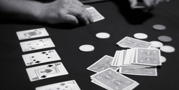 E' possibile giocare un torneo live senza guardare le proprie carte? Sì, a patto che…